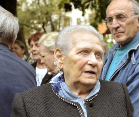 Sabján Ferencné Marczin Borbála a Honvéd téri Gulág emlékmű előtt /Fotó: MTI, Beliczay László